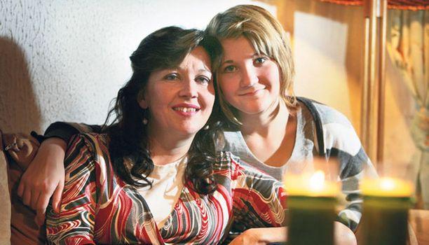 TYTTÖJEN KESKEN Sinikka ja Emilia Kaakkuriniemi pystyvät juttelemaan keskenään melkein kaikesta, myös kuukautisista.