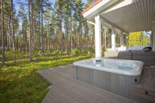 Vierumäen urheiluopiston läheisyydessä sijaitsevassa 124 neliön talossa on myös poreallas terassilla.