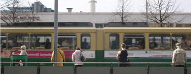 Nelosen ratikan matkustajat saavat jatkossa kaksikielistä infoa pysäkeistä.