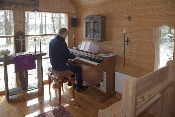 Henrik Ohlinin kotikappelin urut lahjoitti seurakunnan raamattupiiriin kuuluva nainen. Alttarimaisema aukeaa Saimaalle.