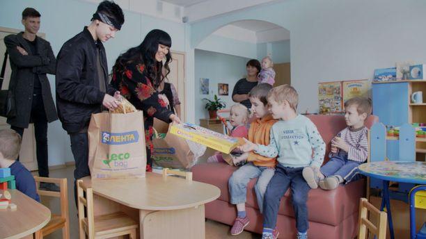 Kuvausryhmä vieraili lastenkodissa, josta Mitte adoptoitiin 5-vuotiaana.