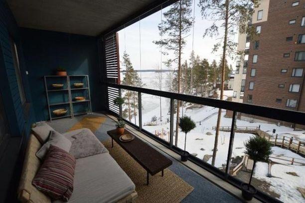 Kuopiolaiskodin parvekkeen sisustus on toteutettu trendikkäästi. Huomaa siniseksi maalattu päätyseinä.
