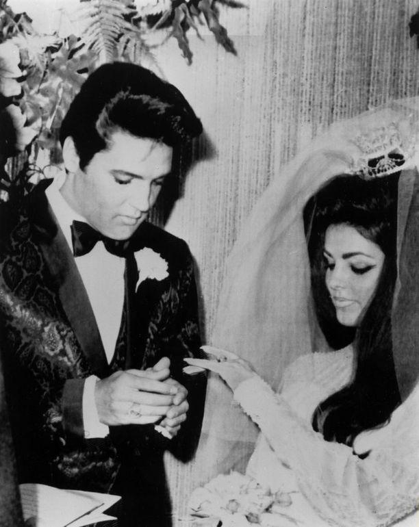 Presley kertoo Elviksen eläneen lähipiirinsä kanssa tietynlaisessa kuplassa Graceland-kartanon sisällä. Kanssakäyminen ulkomaailman kanssa oli vähissä. Pariskunta erosi Priscillan ollessa 27-vuotias.