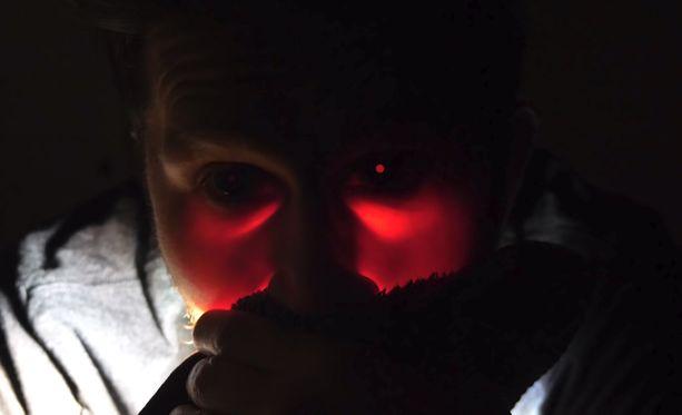 Voimakas valo pääsi jollain tavalla tunkeutumaan silmän taakse ja se tuli silmästä ulos.