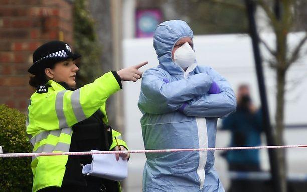 Lontoon poliisi tutki tiistaina paikkaa, jossa teinityttö ammuttiin maanantai-iltana. Samana päivänä kaupungissa ammuttiin 16-vuotiasta poikaa ja 15-vuotiasta puukotettiin. Rikoksilla ei ole yhteyttä toisiinsa.