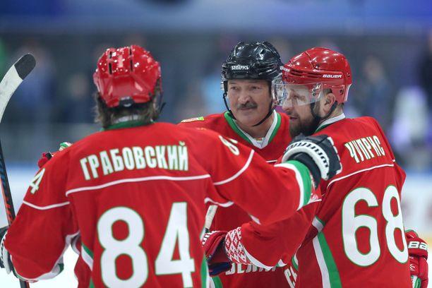 Alexander Lukashenko on pitänyt Valko-Venäjän palloilusarjat pyörimässä koronauhasta huolimatta. Presidentti itse kurvaili jäällä maaliskuun lopulla pelatussa amatööriottelussa.