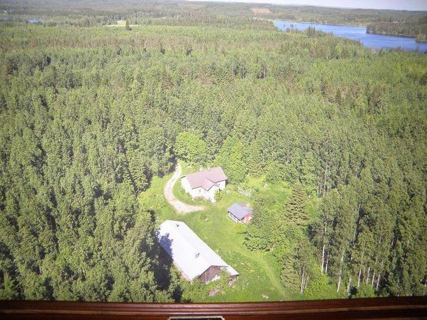 Tuusniemellä sijaitseva vanha maatila on pian 100-vuotias ja sijaitsee metsän keskellä.
