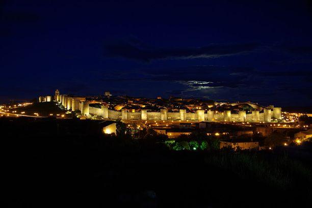 Ávilan keskiaikainen muuri on pimeän tullen valaistu upeasti.
