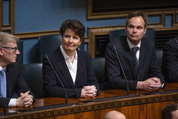 Eduskunnan jättänyt Anne Berner (kesk) ja eduskunnasta pudonnut Kimmo Tiilikainen (kesk) kunnioittivat tilaisuutta läsnäolollaan.