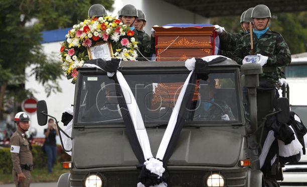 Saman Gunanin arkkua kuljetettiin kunniavartiossa Mae Fah Luangin lentokentällä 6. heinäkuuta.