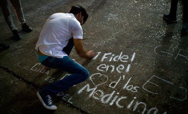 Opiskelija kirjoitti liidulla katuun Castron muistoksi Havannassa.