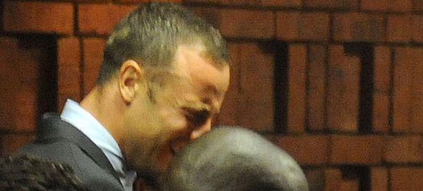 Oscar Pistorius murtui kyyneliin kuultuaan murhasyytteestä.