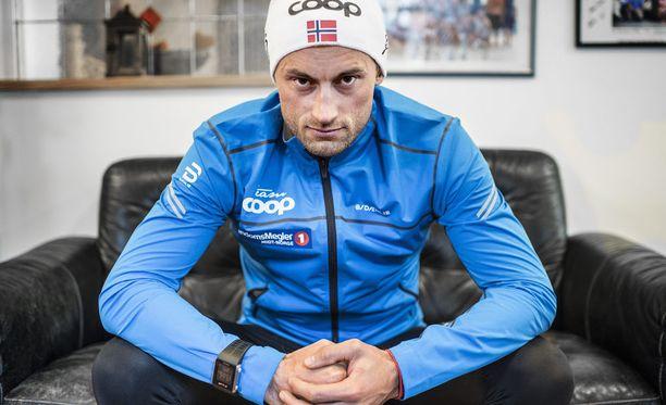 Petter Northug on tullut tunnetuksi maastohiihtosirkuksen väripilkkuna, jonka tekoja Norjan hiihtoliitto on saanut selitellä useampaan otteeseen.