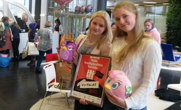 Sonja Karlsson (vas.) ja Siiri Juvonen, 17, veivät lopulta sen, mitä yli 130 havitteli: kesätyöpaikan Roviolla. Nuoret eivät voittaessaan edes tienneet, maksetaanko siitä palkkaa. Kyllä maksetaan.