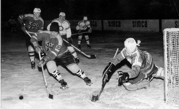 Erkki Suokko (16) tehtaili ennätyksen HIFK:ta vastaan TK-V:n paidassa. Tässä kuvassa vastakkain ovat TK-V sekä HJK ja vuosi on 1964.