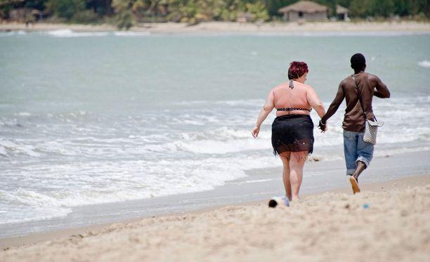 Gambia on tunnettu seksiturismistaan, jossa länsimaiset naiset käyttävät paikallisen miesten palveluja. Kuvituskuva vuodelta 2011.