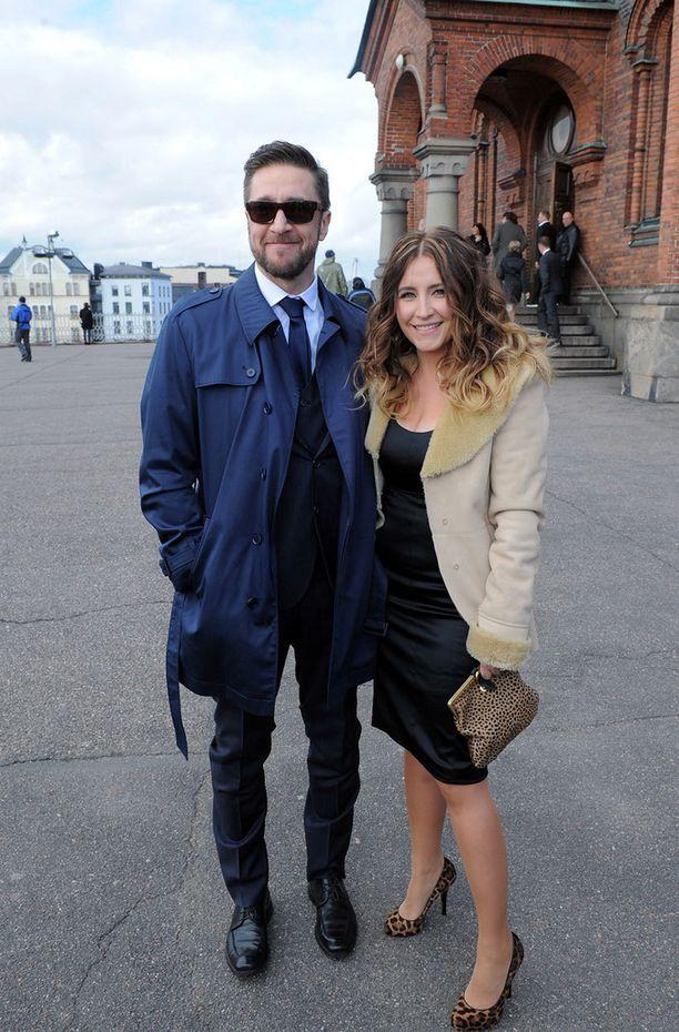 Henkka Hyppönen ja Jenni Pääskysaari juhlivat vieraiden joukossa.