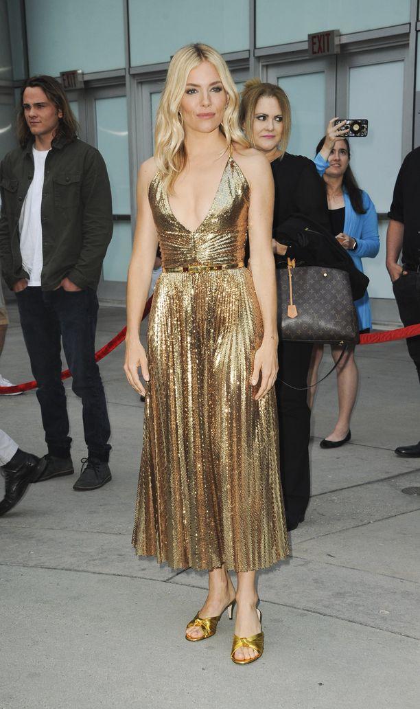 Erilainen glamour-look! Sienna säihkyi kultaisessa mekossa American Women -ensi-illassa.