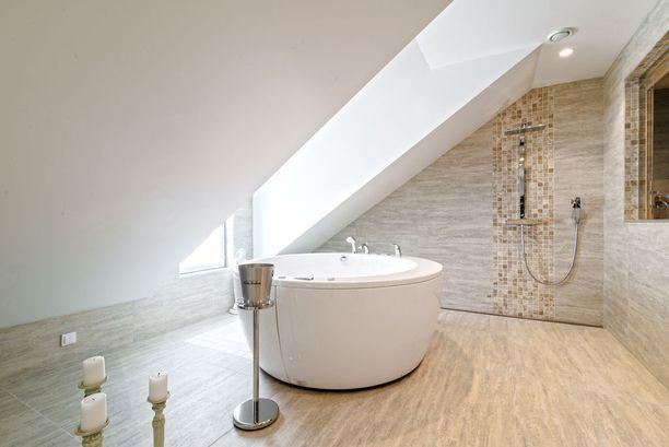 Span lattia on marmorilaattaa.