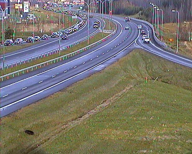 Kauppakeskukseen jonottavat autot tukkivat tien Oulussa.
