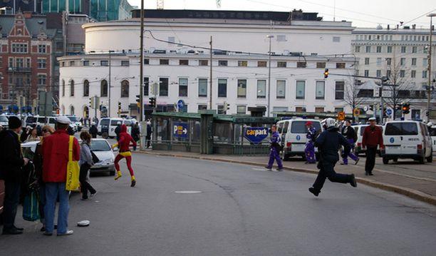 Trikoisiin sonnustautunut mielenosoittaja pinkoi poliisia karkuun Helsingissä vappuna järjestetyn Euro MayDay -mielenosoituksen aikana.