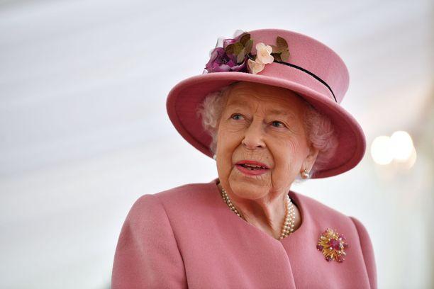 Kuningatar Elisabet vaaleanpunaisissaan.