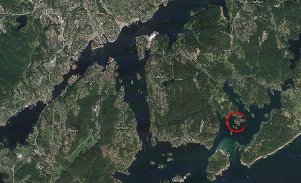 Kartassa ympyröitynä turmapaikka. Arendalin kaupunki vasemmalla ylhäällä. Kuvan saa suuremmaksi klikkaamalla.
