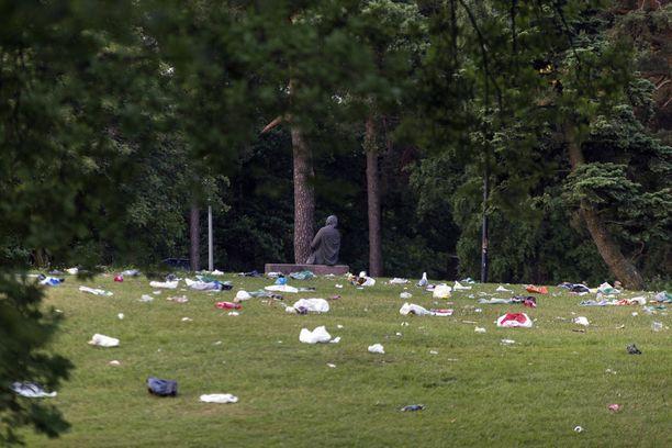 Juhlijat lähtivät, roskat jäivät.