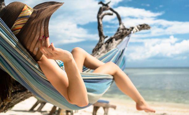 Varjossakin voi nauttia helteestä. Helteellä kannattaa juoda runsaasti vettä ja välttää ankaraa rehkimistä.