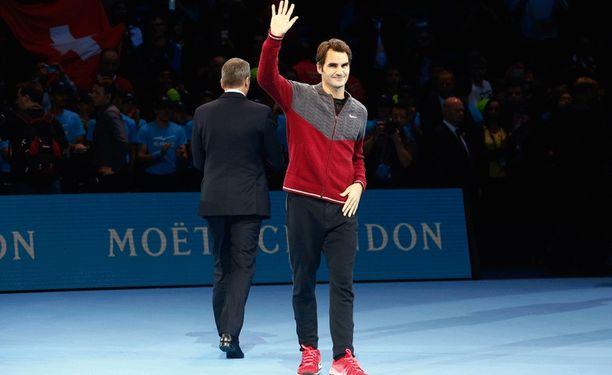 Roger Federer kävi pahoittelemassa poisjääntiään täpötäydelle hallille.