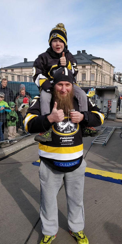Vesa Lukka juhlisti Oulussa Kärppien mestaruutta Nico-kummipoikansa kanssa.