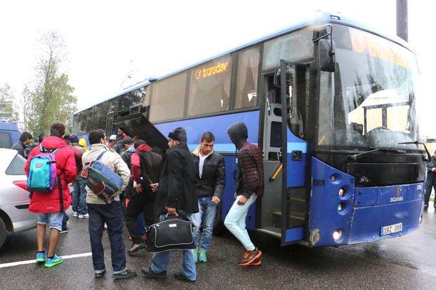 Kaikki Ruotsin puolelta tulevat bussit kierrätettiin järjestelykeskuksen kautta. Ilman papereita liikkuvat tulijat joutuivat jäämään kyydistä pois.