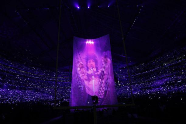 Princen kuva heijastettiin Timberlaken esityksen taustalle.