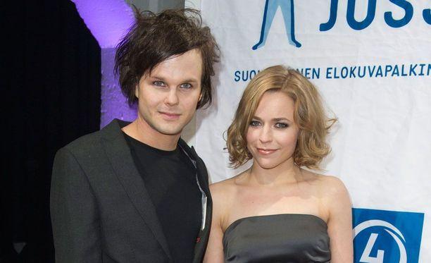 Lauri ja Paula alkoivat seurustella 2000-luvun alkupuolella, jolloin PMMP:n ura oli juuri alkuvaiheessa ja The Rasmuksesta oli tullut yksi Suomen suosituimmista yhtyeistä.