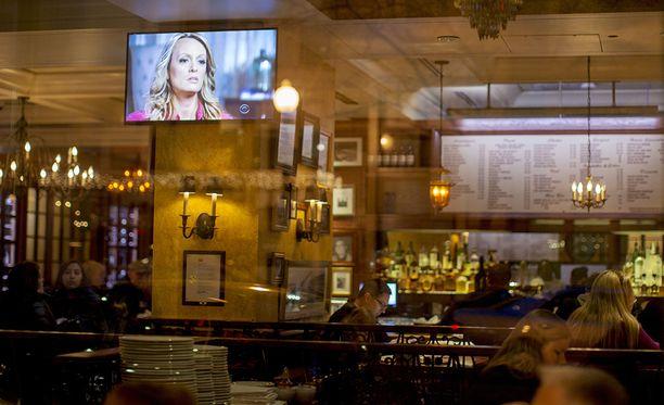 Ihmiset katsoivat Stormy Danielsin haastattelua pubissa lähellä Valkoista taloa.