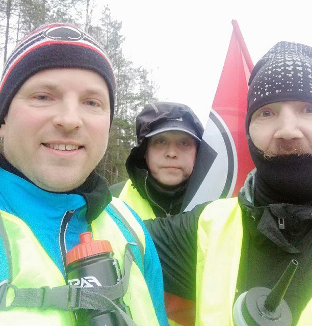 Sam Valverinne, Janne Rummukainen ja Mikko Sinkkonen taivaltavat paraikaa Porista kohti Tamperetta.