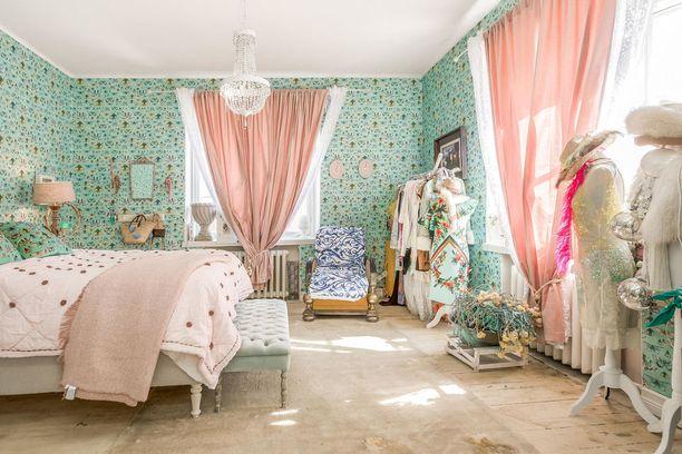 Kuopiolaiskodin romanttisessa makuuhuoneessa on jopa kaksi ikkunaa.