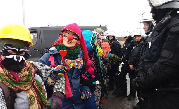 Poliisi tyhjensi perjantaina Hanhikivelle Pyhäjoelle rakennettavaa ydinvoimalaa vastustavien aktivistien metsään pystytetyt leirit ja otti tässä yhteydessä kiinni 35 mielenosoittajaa.