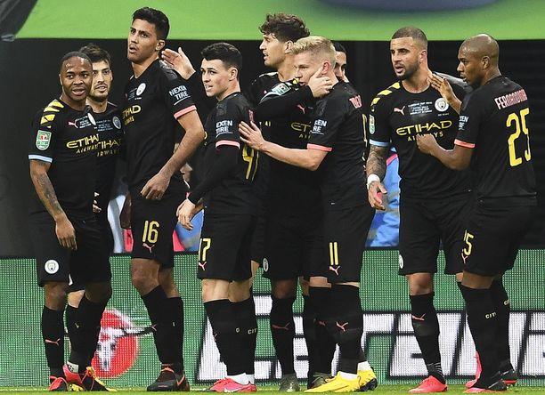 Manchester Cityn pelaajat juhlivat Rodrin tekemää voittomaalia.