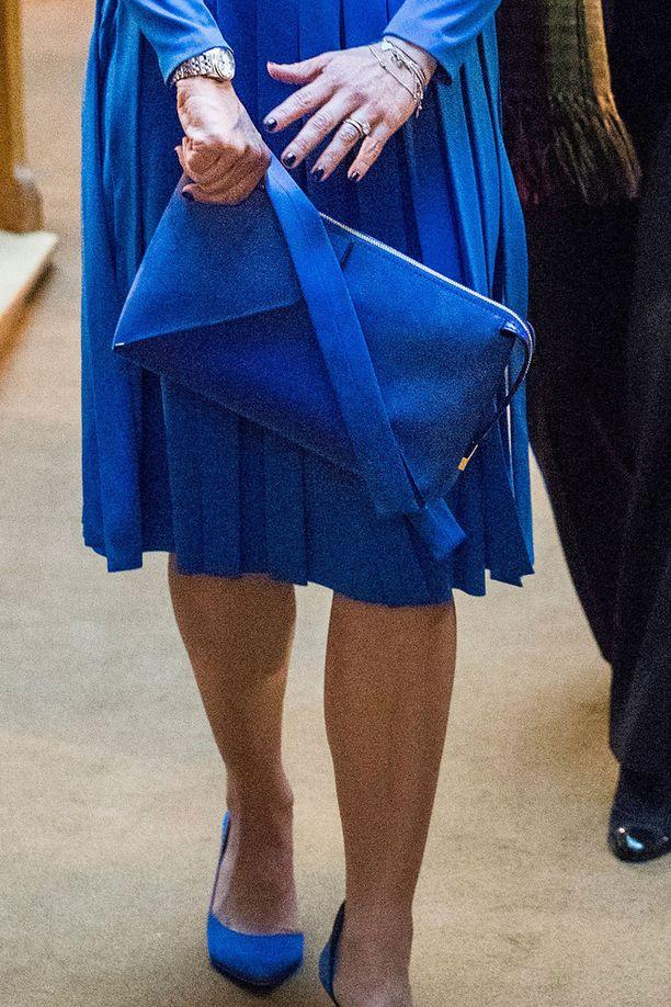 Victorian laukku, kengät ja jopa kynnet olivat siniset.