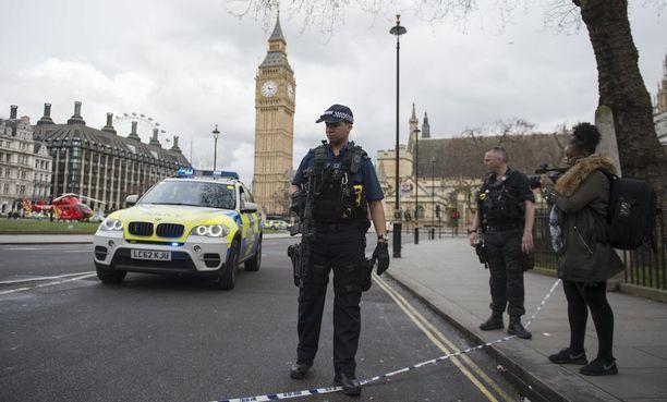Parlamentti ja useita katuja sen ympäristössä suljettiin hyökkäyksen jälkeen. Poliisi kehotti ihmisiä Lontoossa varovaisuuteen.