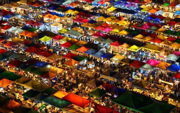 Värikkäät yömarkkinat Bangkokissa.
