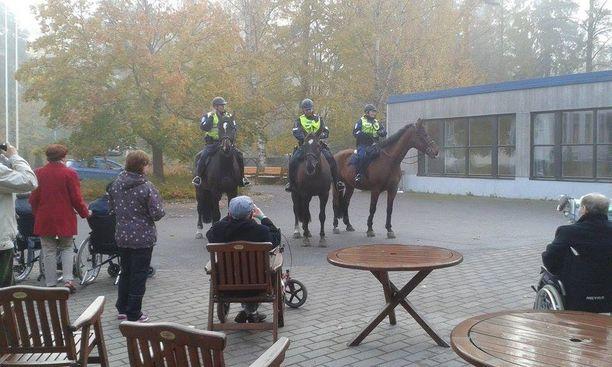 Hevosten visiitti toi rutkasti riemua.