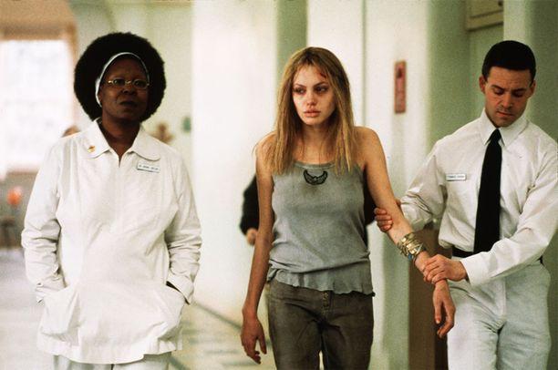 Tiedetään, Angelina Jolien esittämä hahmo elokuvassa Vuosi nuoruudestani ei ollut varsinaisesti masentunut. Hänen roolisuorituksensa oli kuitenkin harvinaisen mieleenpainuva.