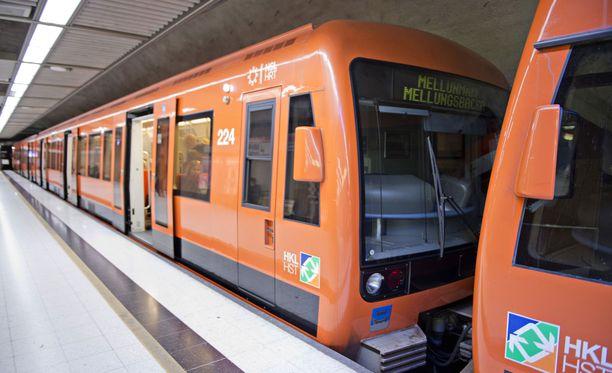 Isän ja pojan kauhutilanne sattui Itäkeskuksen metroasemalla. Kyseessä oli uudentyyppinen metrojuna.