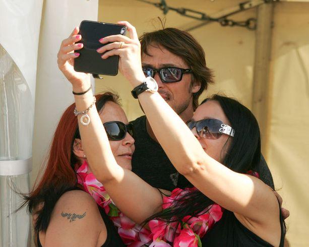 Teemu Selänne on tottunut fani-selfie-kuvissa poseeraaja.