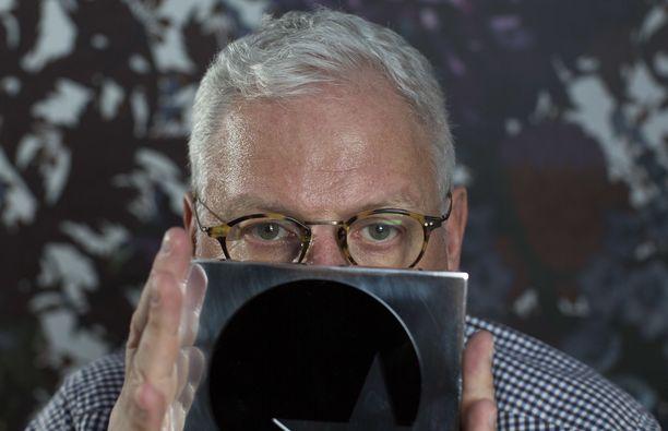 Ray Kelvinillä on tapana esiintyä valokuvissa osa kasvoista peitettynä.