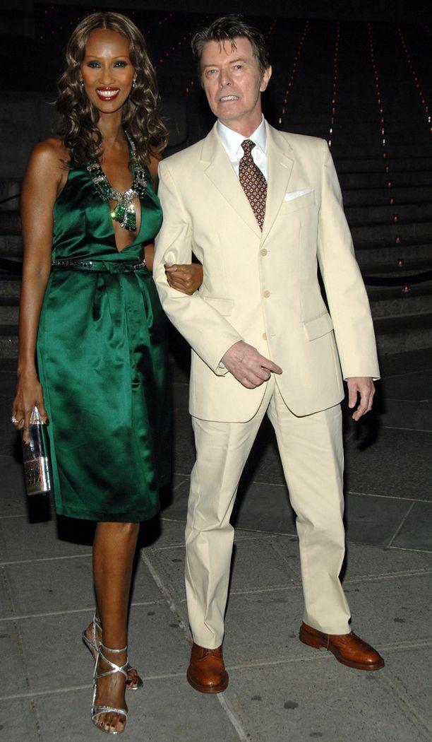David Bowie poseerasi vaimonsa kanssa edustustilaisuudessa vuonna 2007.