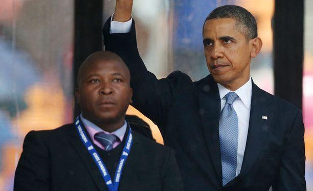 Mandelan muistotilaisuuden viittomakielelle tulkannut Thamasanqa Jantjie sanoi myöhemmin saaneensa sairauskohtauksen. Jantjie tulkkasi myös presidentti Barack Obaman puheen miljoonille katsojille.