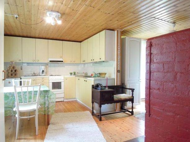 Mummonmökissä on avara ja valoisa keittiö, jossa valmistaa vaikka herkullinen ateria puutarhajuhlia varten. Mökissä on myös sauna sekä tunnelmallinen leivinuuni.
